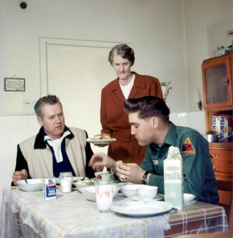 Elvis s starši na kosilu