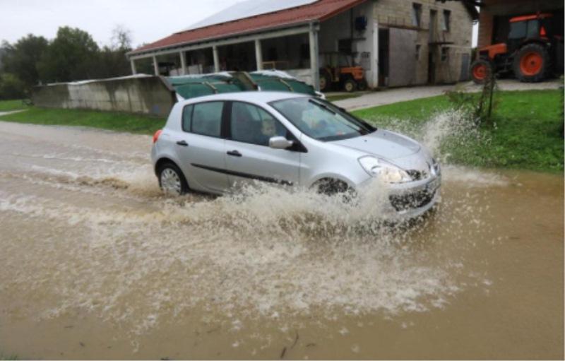Foto: Sašo Bizjak (Poplavljanje Dravinje v vasi Stogovci pri Majšperku)