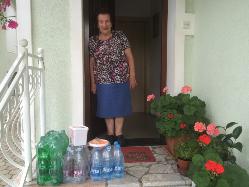 Namesto Bora Vrečka je paket prevzela njegova mama Minka iz Cerkelj