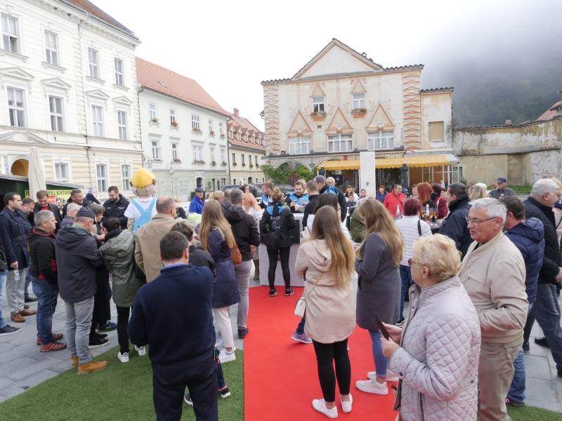 Kar veliko ljudi se je zbralov Kamniku!