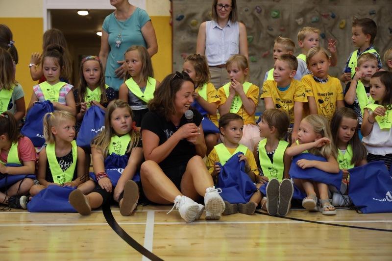 Anja Ramšak je razveselila prvošolčke OŠ Primoža Trubarja v Laškem.