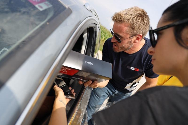 Denis Avdić in Jana Morelj sta se pridružila policistom v Medvodah in pomagala meriti hitrost.