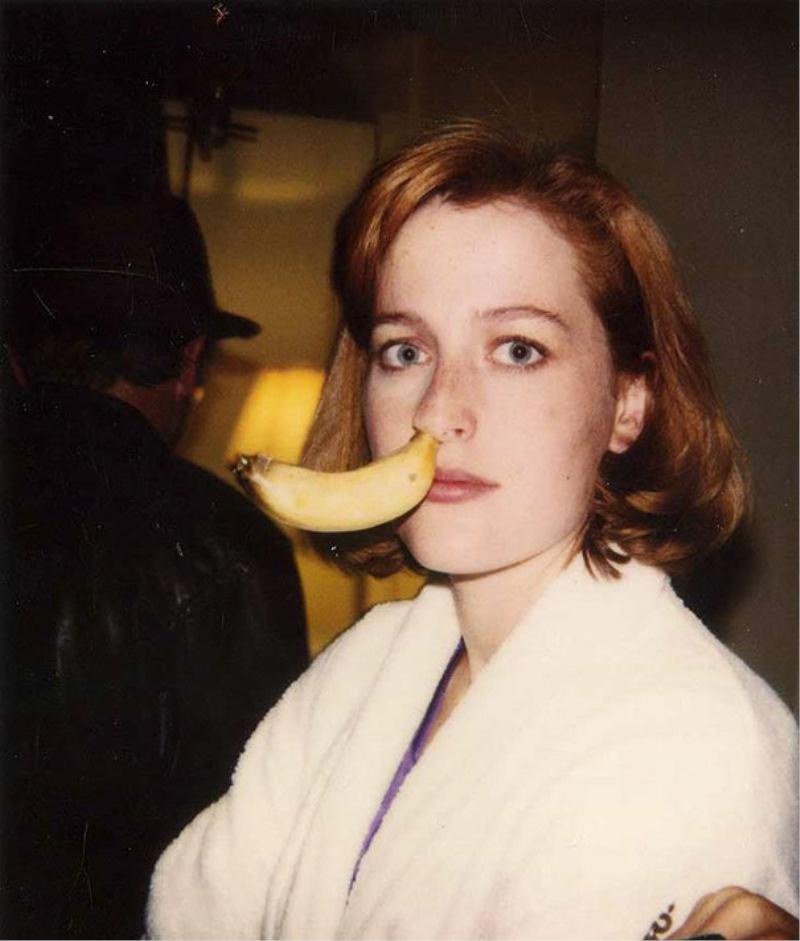 Gillian Anderson z banano v nosu na snemanju serije Dosjeji X