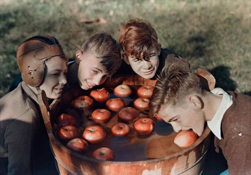 Fantje lovijo jabolka v Martinsburgu, Zahodna Virginija (1939)