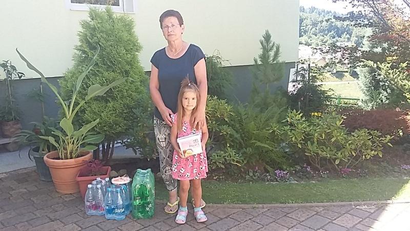 Nagrajenka Marija z vnukinjo