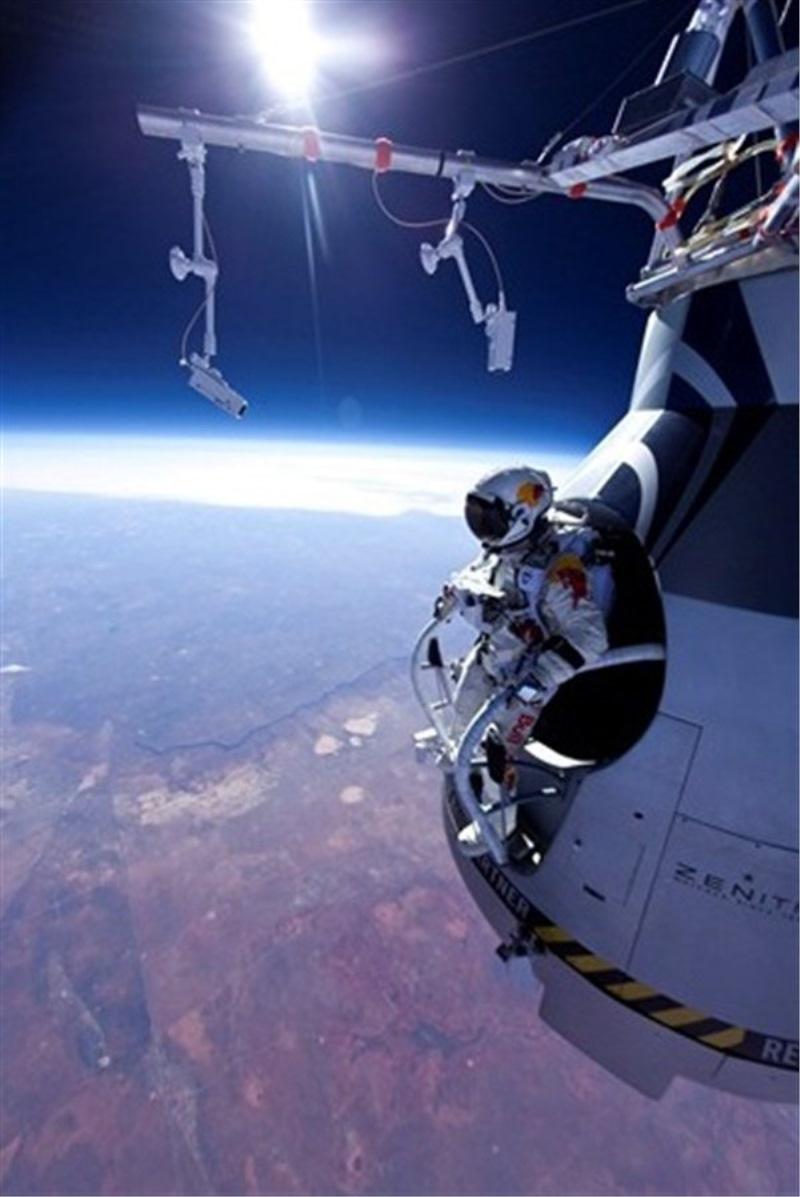 Baumgartnerjev skok z roba vesolja (Foto: www.redbullstratos.com)