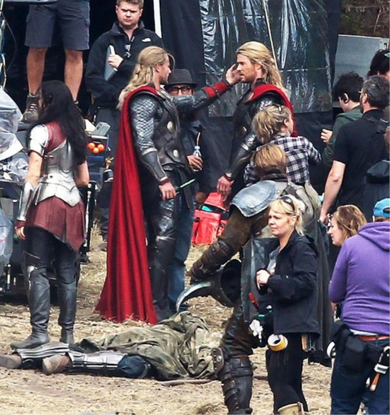 Chris Hemsworth s svojim dvojnikom na snemanju filma Thor
