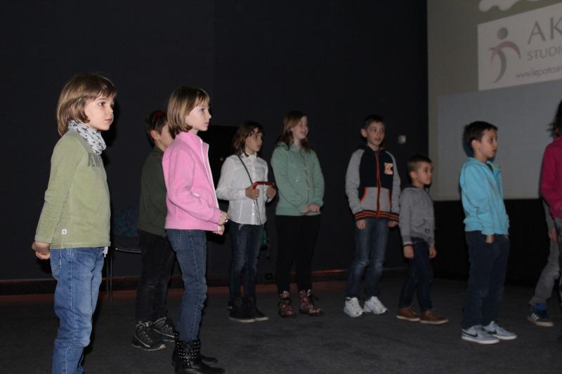 Otroci so prišli na oder po nagrade.
