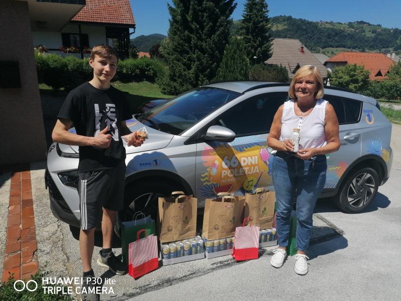 Nagrajenci Tanja Primožič, Alenka Primožič in Bojan Božič. Nagrade za njih sta prevzela sin Anže in babica